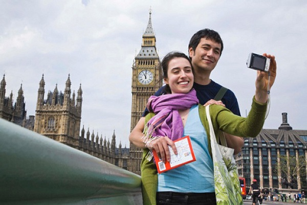 Tourists In Front of Big Ben in London | Teplis Travel
